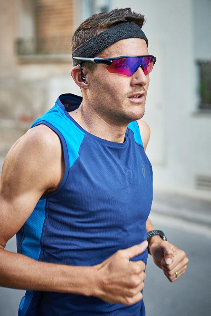 Jan Frodeno, der Ironman Weltmeister, misst seinen Puls im Ohr - ohne Brustgurt.